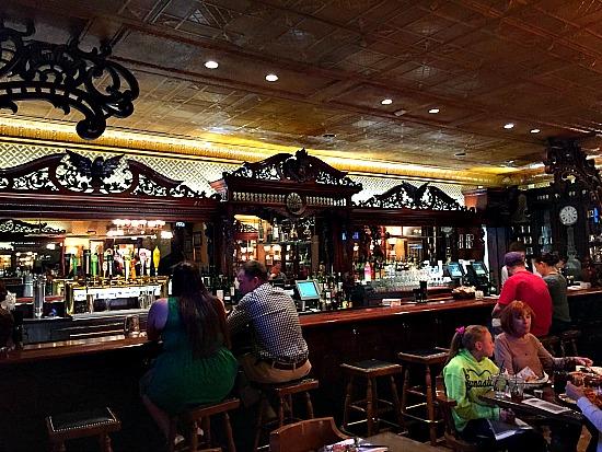 Bar-at-the-Bee-broadmoor